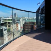 Beständige Terrassendielen aus WPC auf Hamburger Dachterrasse mit Glasgeländer