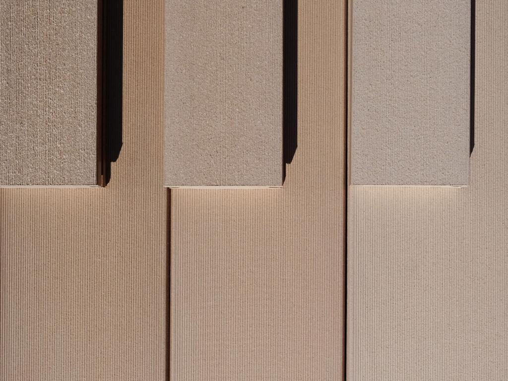 Beide sandbraunen Kollektionen im Vergleich. Bildschön für Terrasse, Balkon und Poolumranung.
