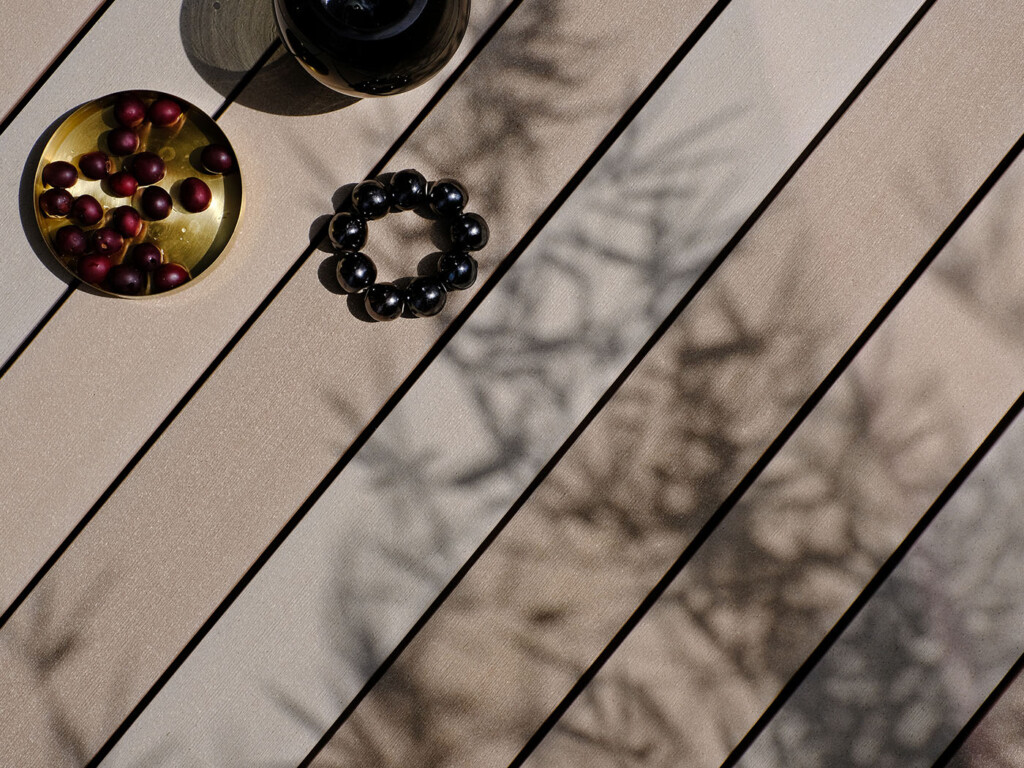 Schraubenfrei verlegbare hellbraune WPC Massivdielen in 9 cm Breite (Detail)