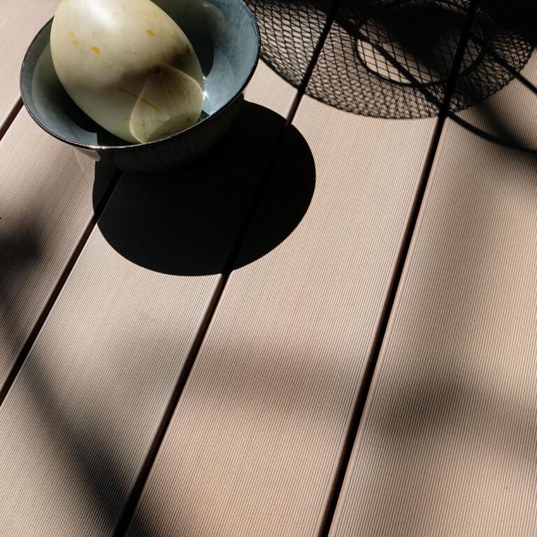 Detailbild einer Terrasse mit hellbraunen WPC Dielen von MYDECK