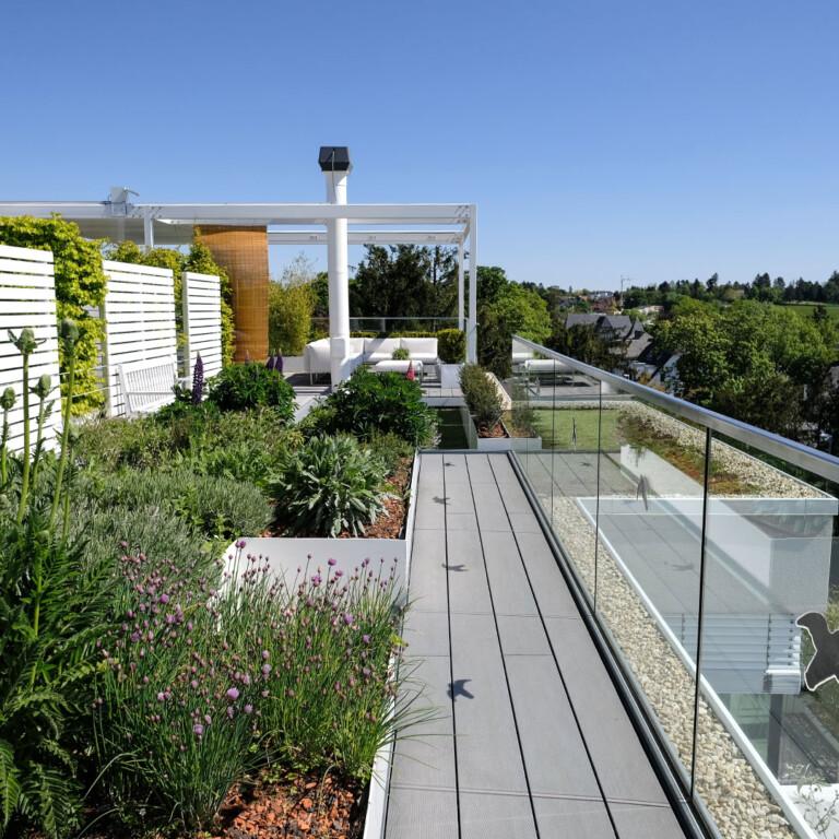 Professionell gestaltete Dachterrasse. Der Fachplaner bietet die Mengenberechnung für WPC Dielen und bietet Tipps und Gestaltungsideen