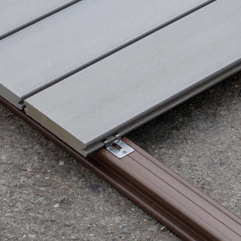 Seitliche Nut der Premium WPC Terrassendielen, welche mit einem Clip befestigt sind