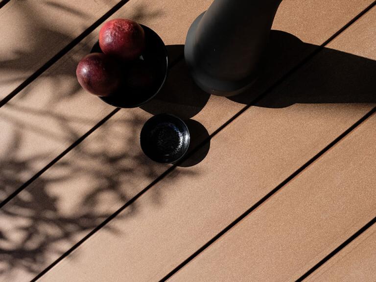 Dunkelbraune WPC Vollprofile schraubenfrei auf der Terrasse verlegt - Detailbild mobile Variante