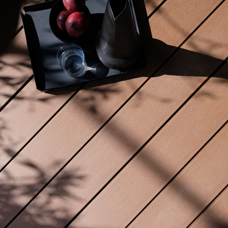 Auschnitt Terrasse mit dunkelbraunen WPC Massivdielen von MYDECK