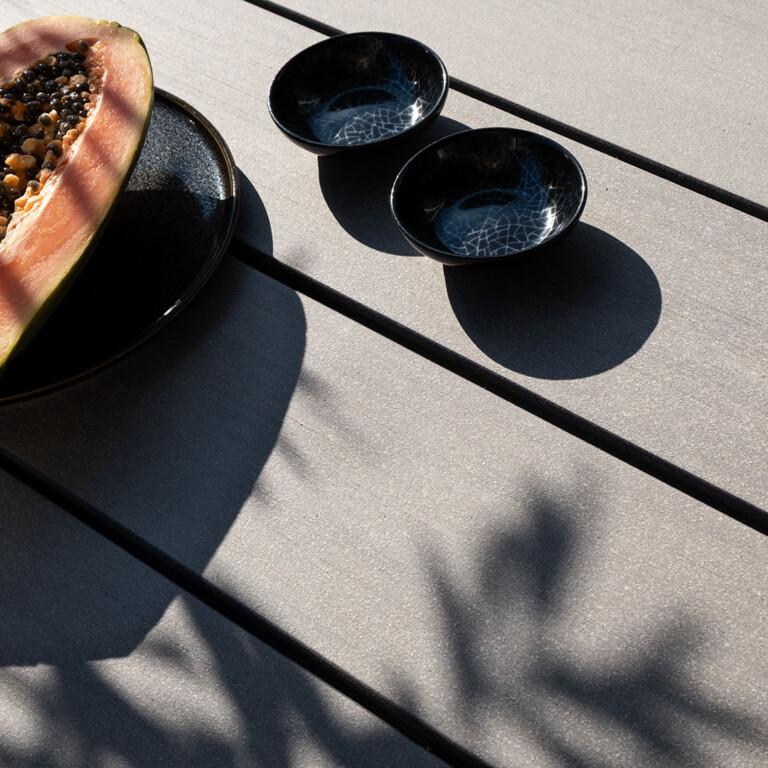 Graue WPC Terrassendielen von MYDECK auf der Terrasse mit glatter Oberfläche