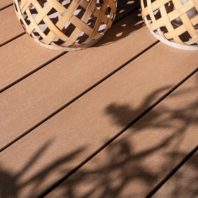 Hellbraune WPC Balkondielen mit glatter Oberfläche und fein changierender Farbwirkung.