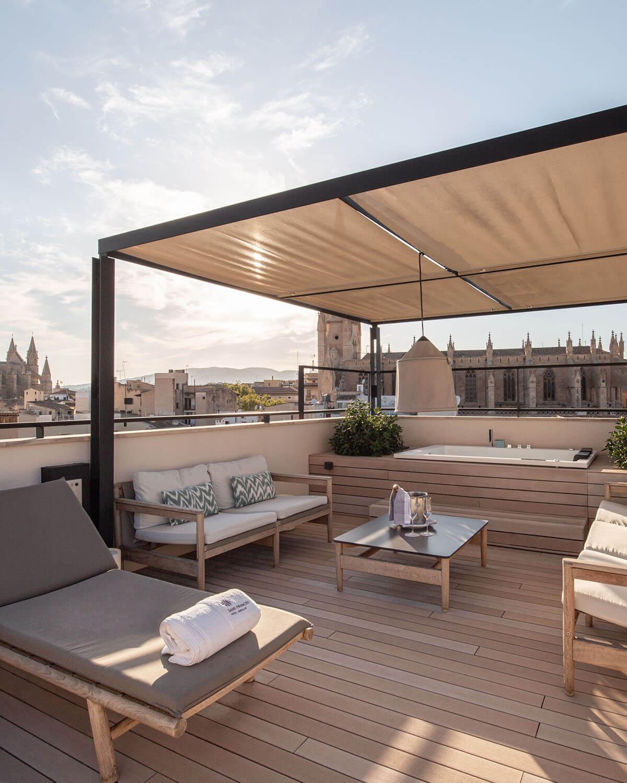 Sandbraune WPC Dielen auf Dachterrasse mit Blick über Palma, Bild im Hochkantformat