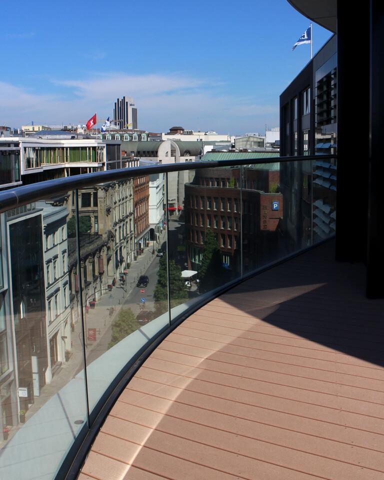 Hellbrauner WPC Terrassenbelag auf Terrasse mit Blick über Hamburg