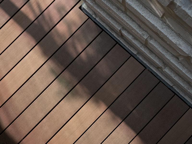Terrassendielen in braunen Holzdesign wie Bangkirai aber ohne Tropenholz als WPC