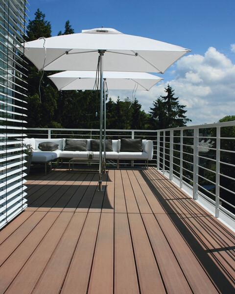 WPC Massivdielen auf modernem Balkon mit weißen Outdoormöbeln