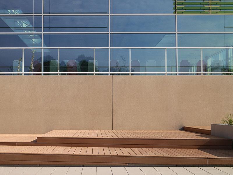 Liegefläche WPC Terrasse in Holzton mit verschiedenen Höhen, Abschlussleisten WPC