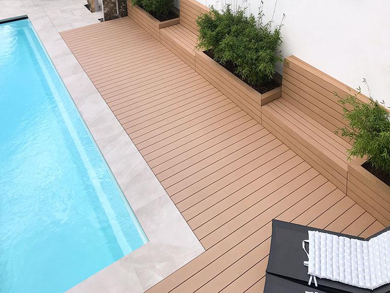 Holzfarbende WPC Dielen für Poolumrandung und Sitzbank mit den Massivdielen