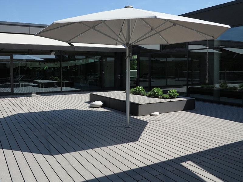 Moderne Terrassengestaltung mit Kombination aus Sitzfläche aus WPC Dielen und Hochbeet
