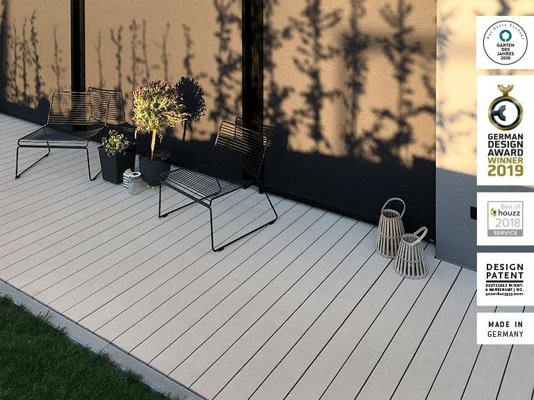 WPC Bodenbelag frostsicher und barfußfreundlich auf Terrasse im Herbst